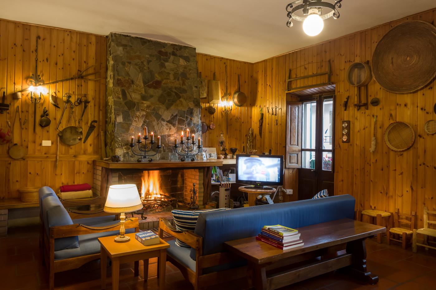 B&B Gennarcu. soggiorno con caminetto, Ussassai